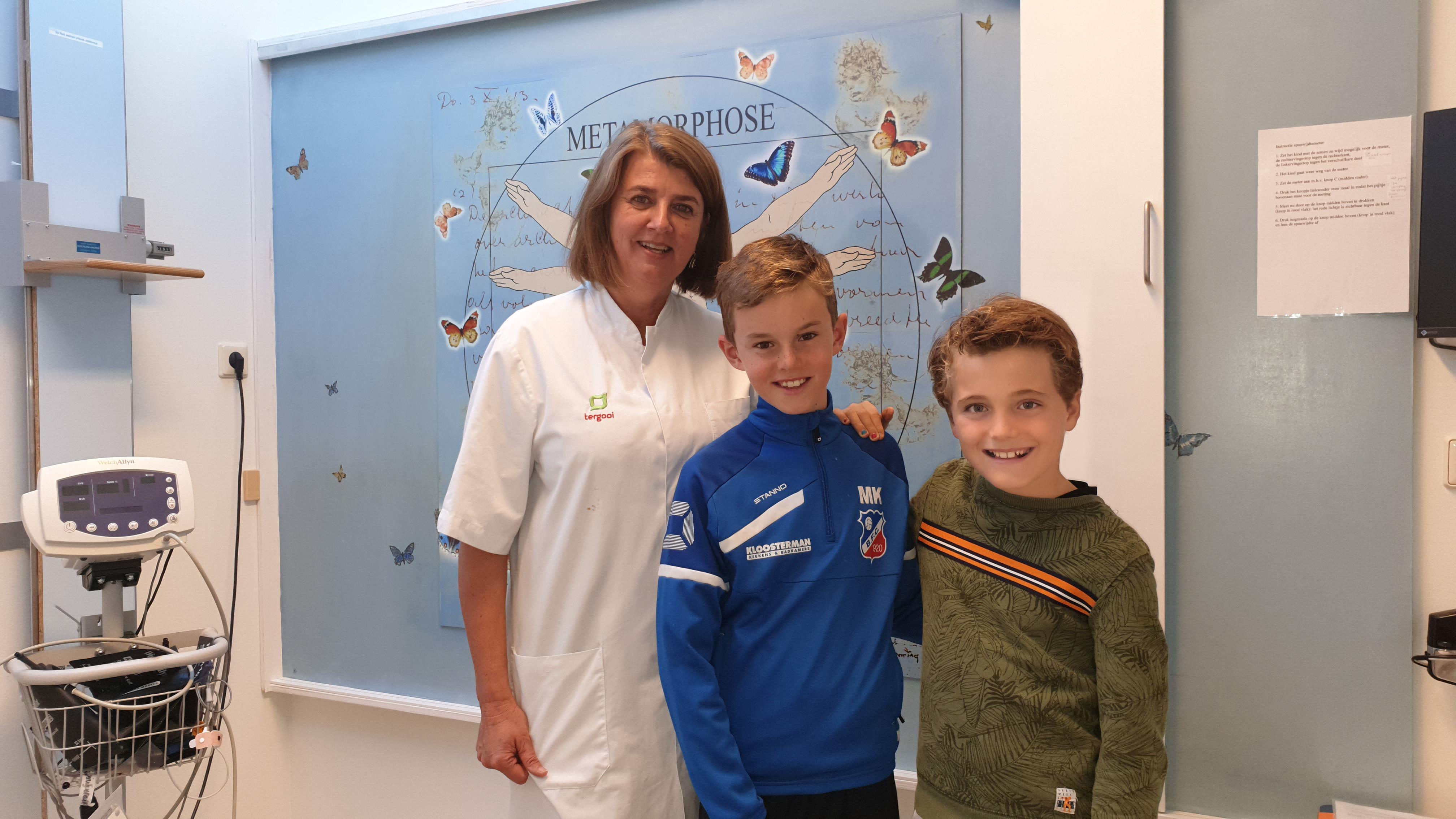 Kinderarts Carole Lasham met Maro en Yannick
