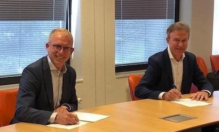 Eric van der Ploeg, directeur Videma, en Sander Gerritsen, directeur NVZ, ondertekenen de brancheovereenkomst tussen Videma en NVZ